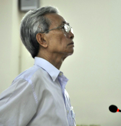 Nguyen Khac Thuy, 78, stands in court in Ba Ria-Vung Tau for child sexual abuse charges. Photo by VnExpress/Tuan Nguyen