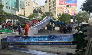 Decoration gate collapses on Saigon walking street, injures one