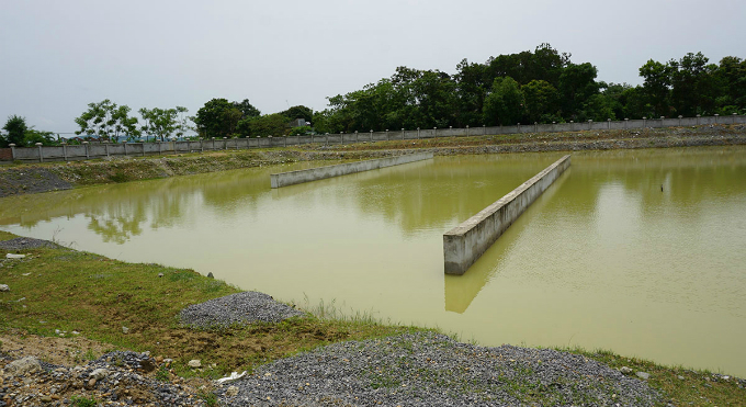 The lakes to keep water for filtering are now become ponds for locals to shower their cattle. Truong Cong Hoa, a commune chairman, said the late progress of this project has caused dispute among locals. We have report the situation to higher authorities more than a few times but nothing has changed.ption]