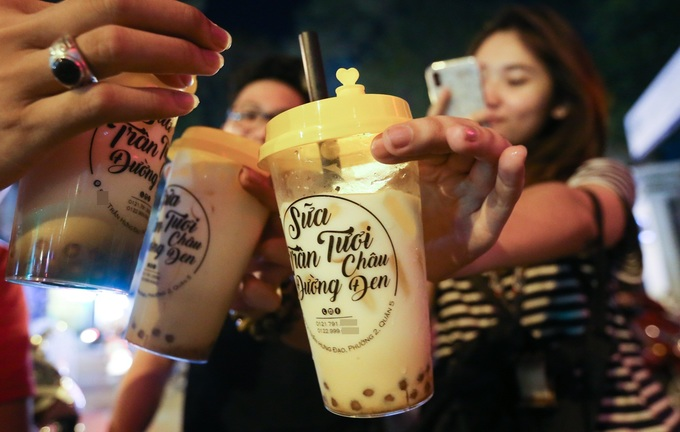 Guess what the Saigonese happily stand in line for: bubble milk - 2