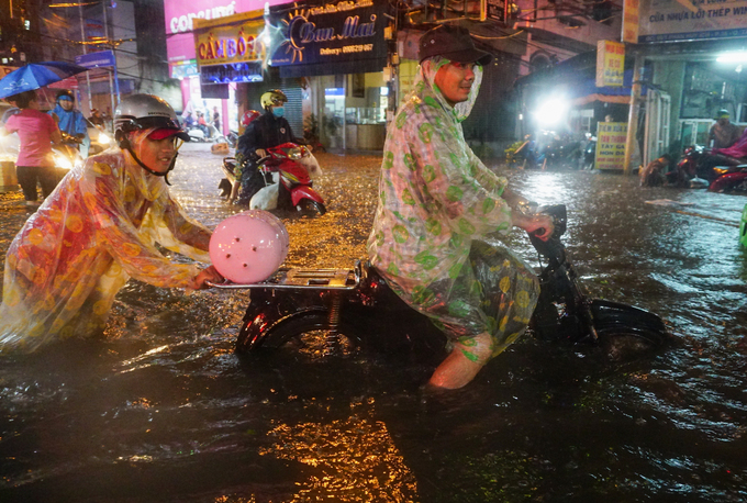 Watch Saigonese brave the elements during weekend downpour - 1