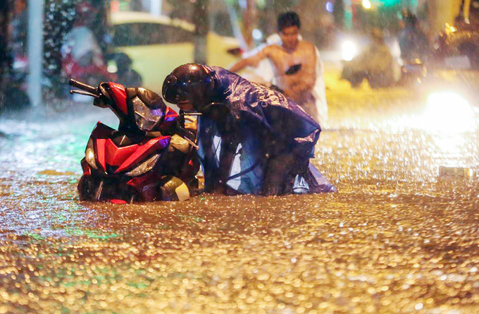 Watch Saigonese brave the elements during weekend downpour - 3
