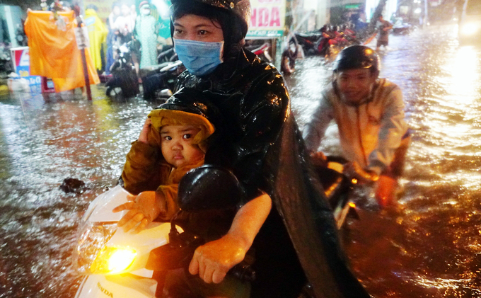 Watch Saigonese brave the elements during weekend downpour - 4