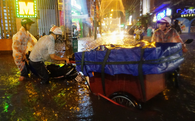 Watch Saigonese brave the elements during weekend downpour - 5
