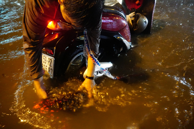 Watch Saigonese brave the elements during weekend downpour - 6