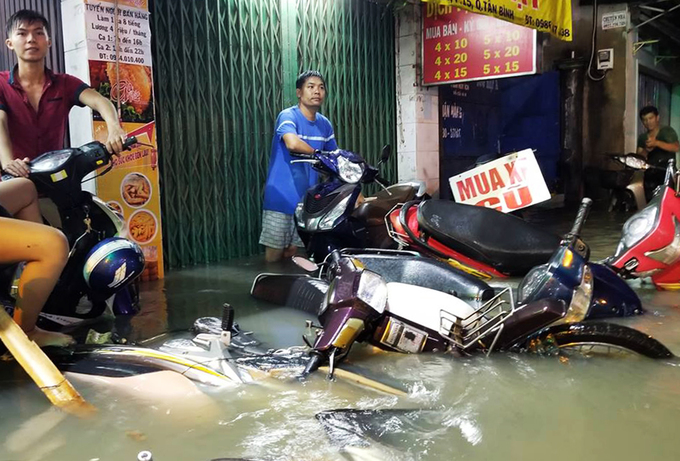 Watch Saigonese brave the elements during weekend downpour - 7