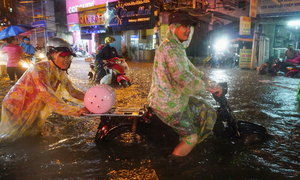 Watch Saigonese brave the elements during weekend downpour
