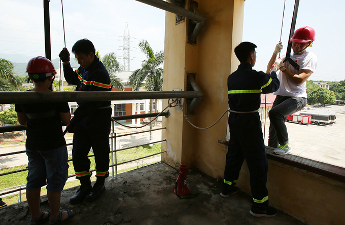 Young pupils always suffer from a fear of heights and have difficulty in swinging down on ropes from above to the ground, forcing the instructors to resort to psychological methods to help them overcome the fear, before proceeding with the exercise said Do Tuan Anh, vice director of a research center on fire protection and prevention.