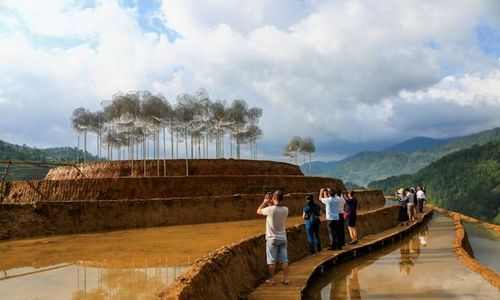 'Crystal cloud' installation draws crowds to Vietnam rice terrace