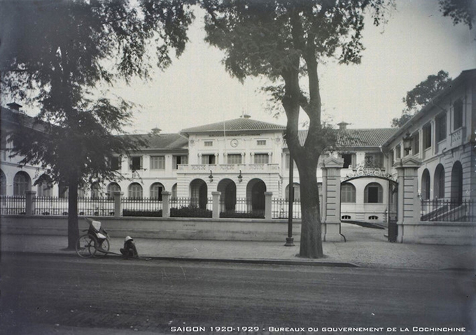 A photo taken in the 1920s shows the former French government building, Thuong Thu Palace, at the corner of Tu Do-Gia Long, which is now Dong Khoi  Ly Tu Trong. The building was built in the 1860s and used for management and operations of all civil and judicial activities during colonial times. It is now the office of Ho Chi Minh Citys information department next to the citys hall.