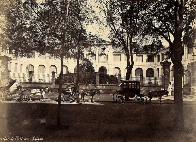 This  photo was captured in front of the palace in the 1885, when horse-drawn carriage was still a dominant means of transport.