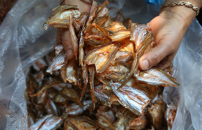 Me Thi Duyen, a local food producer, said: With seasonings soaked deeply into the fish, customers will be satisfied when they can taste the richness of the fish along with the sweet and spicy flavor.