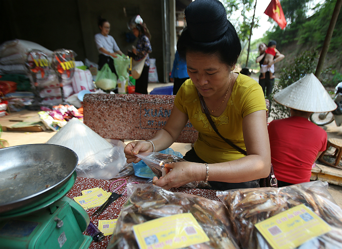 Dry sharpbelly fish will be sold for VND180,000 per kilogram, and this regional specialty food also helped create stable jobs for many locals.
