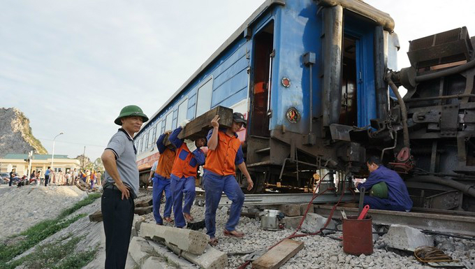 Rescue workers are sent to the scene to repair the heavily damaged track. Photo by Le Hoang.
