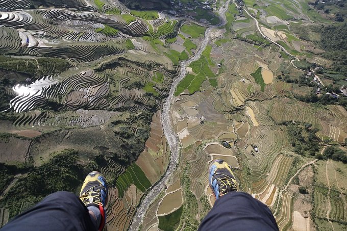 Watch paragliders spread wings above sun-kissed rice terraces in Vietnam - 4