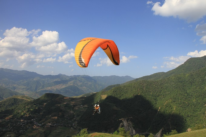 Watch paragliders spread wings above sun-kissed rice terraces in Vietnam - 3