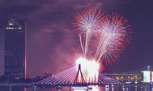 American, French fireworks light up night sky at Da Nang int'l festival