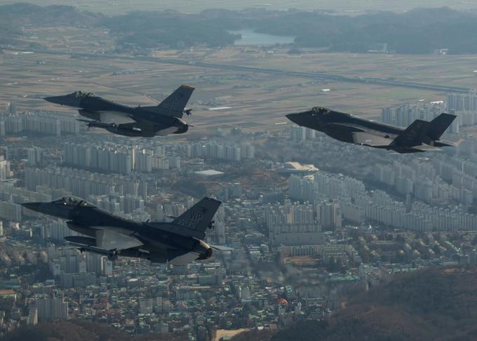 US mulls over handing military trainer aircraft to Vietnam