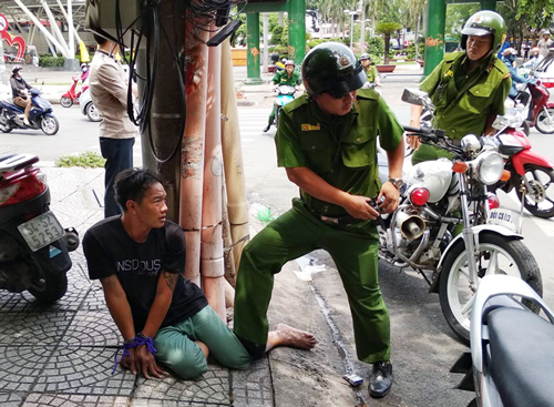Men arrested for snatching bag from Canadian tourist in Saigon