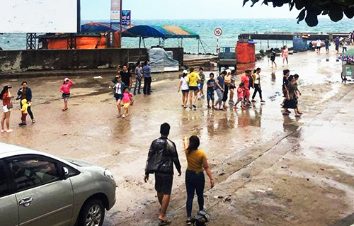 2,000 tourists were stranded on Ly Son Island as a strong tropical depression approached the region on Sunday. Photo by VnExpress/Thach Thao.