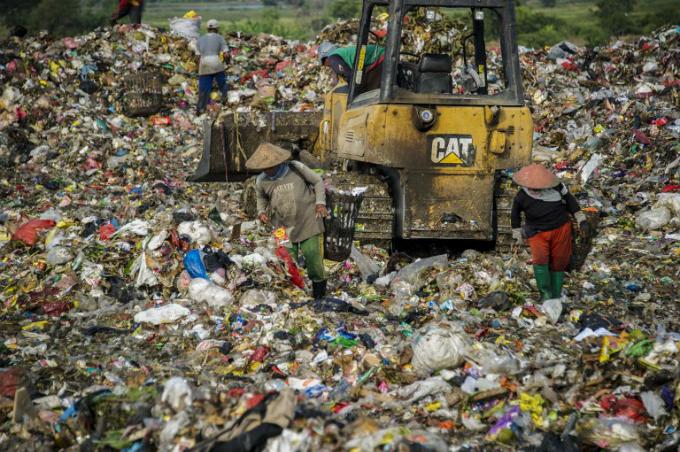 Scavengers collect valuable waste at Sidoarjo garbage dump in East Java, on June 5, 2018. Photo by AFP/Sidoarjo
