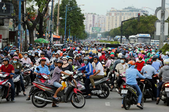 Travelers have to turn around to avoid the mess at Truong Chinh  Che Lan Vien T-junction. Traffic after hours turn even more chaotic.