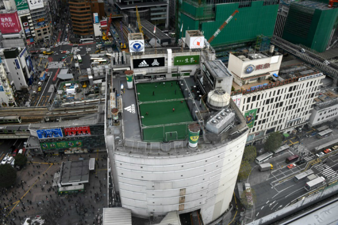 A rooftop of a department store serves as a football pitch in downtown Tokyo, Japan. Photo by AFP