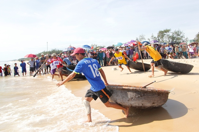 Fishermen get ready to jump into the fray.Dozens of fishermen take part in the coracle race.