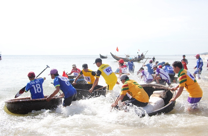 Time to brave the waves.Eight teams participate in the competition this time. These people are all seasoned and veteran fishermen.