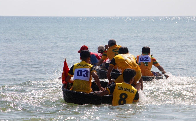 A team of fishermen try to catch up.Each boat will have two people on it. Competitors would need to traverse 500 meters on water, and would have to do so in 7 sessions.