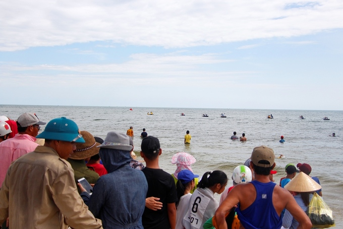 Locals watch the race, while the more enthusiastic get in the water for a closer view.Winners dont get anything fancy; just some small gifts and eternal bragging rights.
