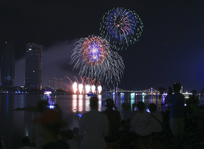As many as 200,000 people gathered along the Han River to watch the firework display. This years contest gathers competitors from France, the U.S., Poland, Hong Kong, Italy and Vietnam.