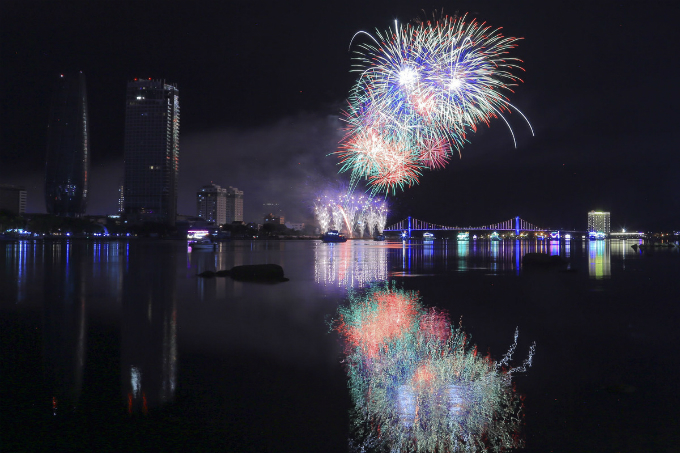 The fireworks display by the Portuguese team also ends the qualifying round of the competition, which was started in April 30 in the central coastal city of Vietnam.