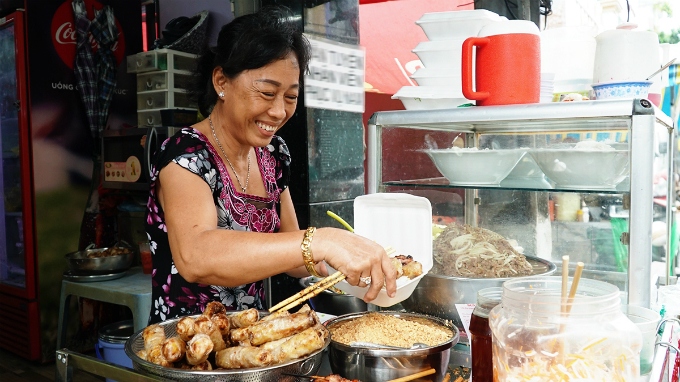 Tuyen, the current owner of this family-owned business, shared that her mother served the first bowl of bun thit nuong through street side basket along District 1 about 40 years ago. Her mom passed down the family recipe and the shop to her around 20 years ago.