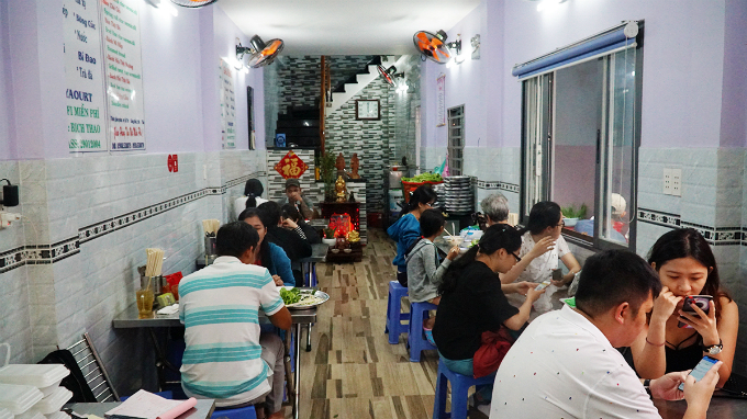 The venue now locates on Co Giang street after many relocations, opens from 6 a.m. to 10 p.m. and attracts food lovers throughout the day. Due to high demands, the shop now even has delivery service.