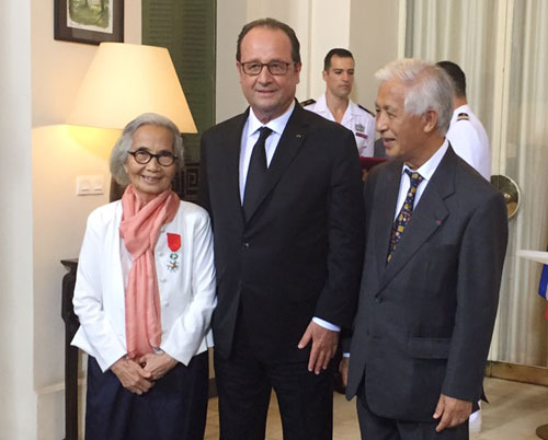 Professor Le Kim Ngoc poses for photo with the then president of France Francois Hollande and Professor Tran Thanh Van after receiving the Legion of Honour in Paris in 2016. Photo by VnExpress