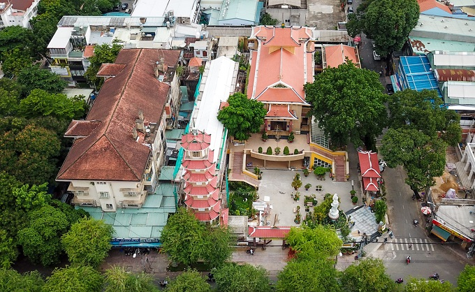 Xa Loi pagoga is located right at the cross of  Ba Huyen Thanh Quan street and Su Thien Chieu Street (District 3, HCM). The pagoda was built in 1956 within an area of 2,500 square meter. The most noticeable feature is a 32 meter bell tower including 7 floors built in 1960, facing Ba Huyen Thanh Quan street.