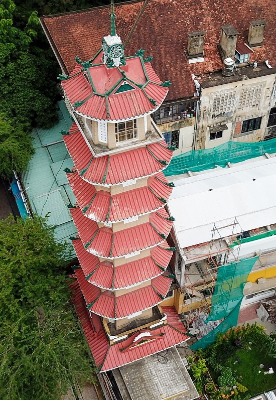 Until early 21st century, this tower was the highest bell tower in Vietnam. Later, Linh Phuoc pagoda constructed a higher bell tower (37.84 meter). However, Xa Loi tower remains the tallest one in Ho Chi Minh city. Each floor is dedicated to worship one Buddha. Each floor has 4 flat areas and 4 angles, creating an octagonal structure.