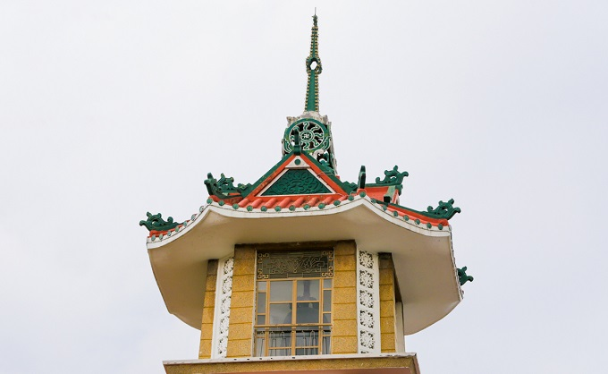 An old chamber tops the building, where hangs a grand 2-ton bell with 1.2 meter diameter and 1.6 meter height. The bell is made of copper, resembling the design of Thien Mu Pagoda bell. The bell ring is well-known through the old folk The bell ring of Xa Loi pagoda by Vien Chau.