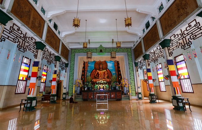 Unlike old pagodas which worship various Buddha, there is only one grand statue of Gautama Buddha in the Main Hall. This statue was crafted by Bien Hoa School of Art, setting the model for Buddha statues in other pagodas. In 1969, the statue was fully gilded with gold.