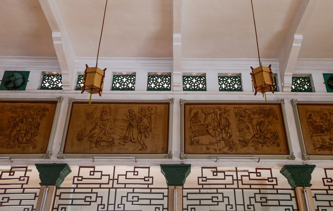 The walls of the Main Hall are decorated with 15 grand paint-powder pictures. The pictures were painted in 1958, depicting the history of Sakyamuni Buddha from birth to enlightenment and Nirvana.