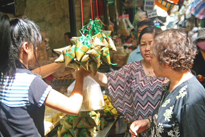 One indispensable dish in the festival is banh tro, or banh u (a mix of sticky rice and water drained from ashes). The pyramid-shaped cake is available at almost every stall, wrapped in bamboo leaves. Bay, owner of a market stall, said that she started making the cakes three days ago.