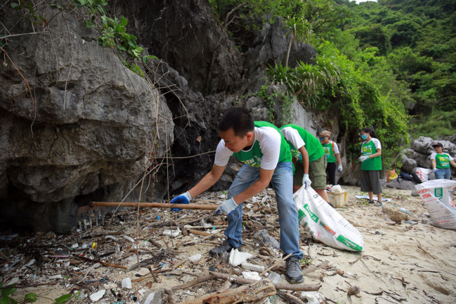 Volunteers collect trash along the beach of Ha Long Bay in northern Vietnam. Photo courtesy of To Quoc newspaper