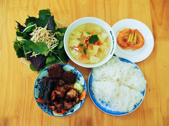 Bun Cha and sour papaya. Photo: VnExpress/Quynh Trang