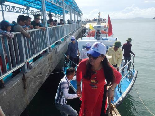 Rough sea strands thousands of tourists on Vietnam's northern island