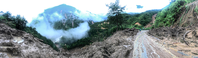 Heavy rain and flash flood started last Friday has left O Quy Ho pass in the northern Lai Chau province in ruins. Authorities had to spend hours to clear thousands of cubic meters of rocks slided down on the roads. Many parts of the national route is blocked because of landslides.