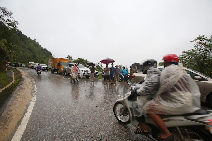 Traffic got stuck in length at the road from Sa Pa to Lai Chau province.