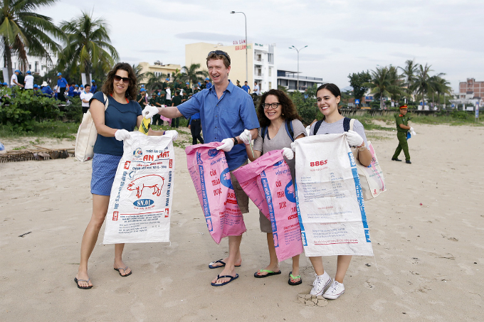 Delegates of GEF are having fun while picking up trash at Nguyen Tat Thanh Beach in Da Nang City. The group is here in Da Nang to participate in its the six days event Sixth Assembly and Associated Meetings.