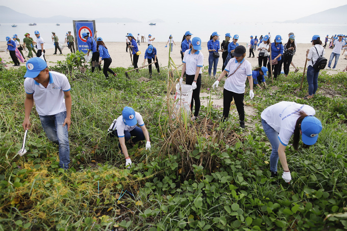 High school and college students, and many volunteers contribute in the clean up process. The events purpose is to gain public attention about ocean plastic waste environment issue.