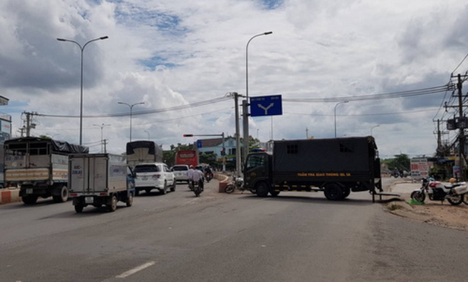 A police truck blocks a national highway in Dong Nai Province to keep vehicles away from protests in Bien Hoa on June 10. Photo by VnExpress/Phuoc Tuan
